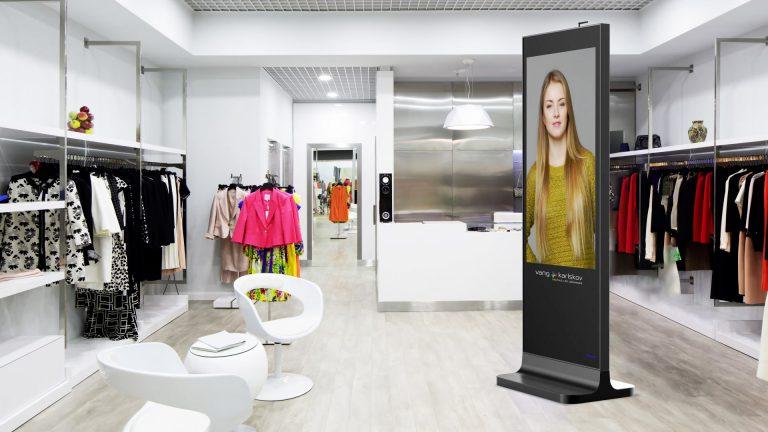Indendørs LCD pylon i tøjbutik