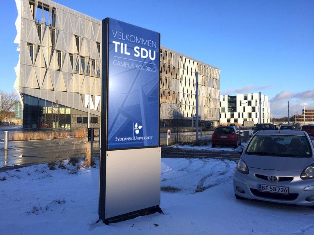 LED skilt udenfor SDU. Stor blå og grå LED pylon med SDU's logo