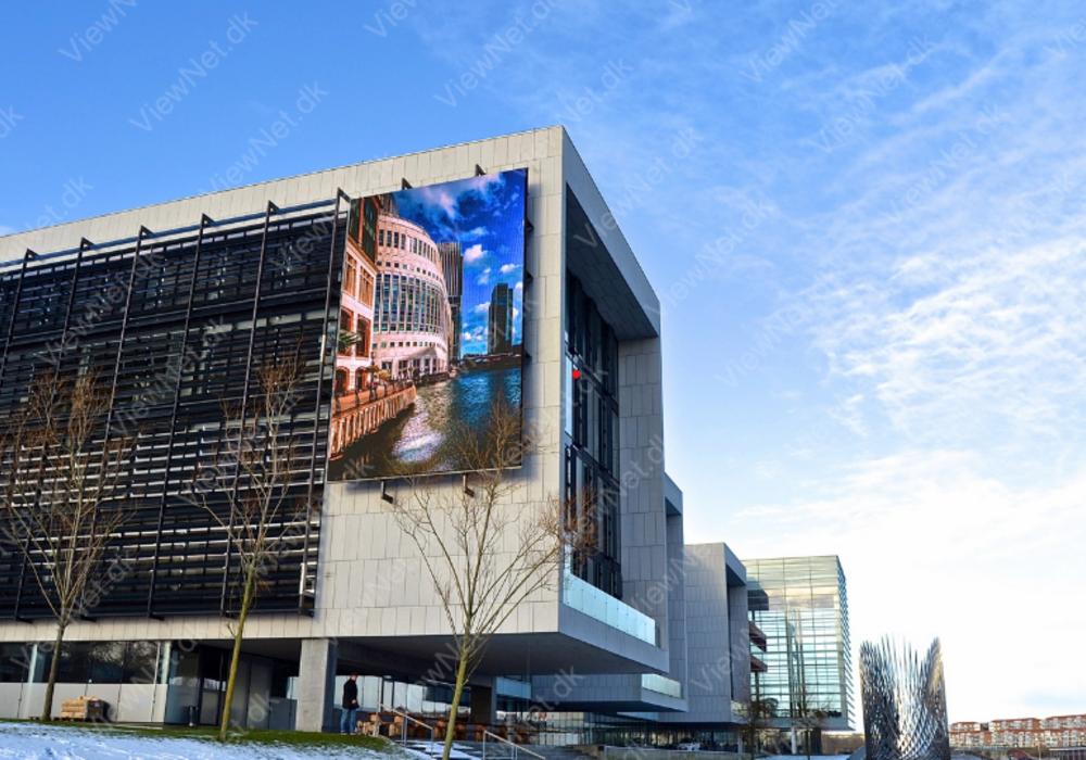 LED facadeskærm, der fylder halvdelen af stor universitetsbygning
