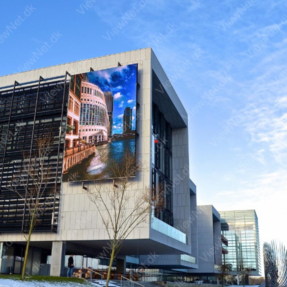 Udendørs LED facadeskærm hængt op på grå betonbygning med helt klar billedekvalitet