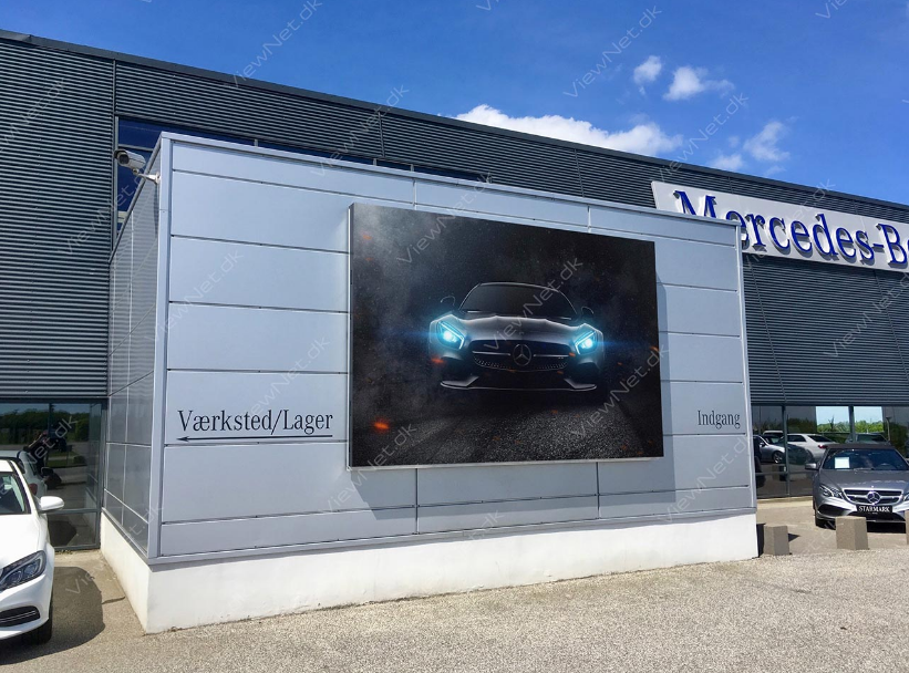 LED facadeskærm placeret foran Mercedesforhandler med krystalklart billede af ny bil