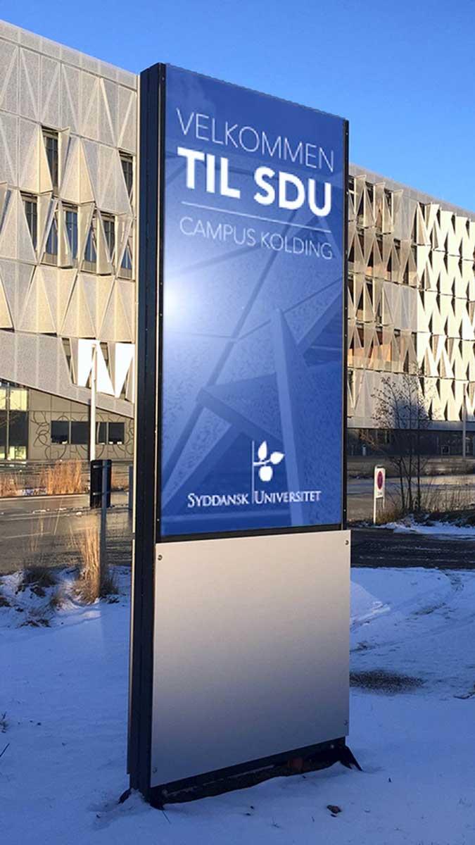 LED pylon med SDU-logo udenfor universitetsbygning