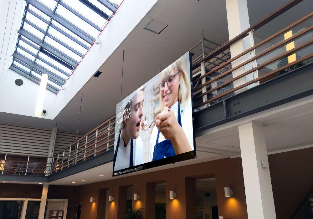 Indendørs LED videovæg spændt op på et gelænder