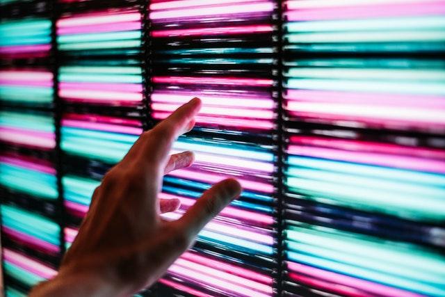Rød, grøn og blå LED lys i rækker, hvor finger bladrer igennem dem