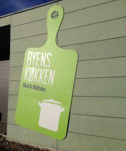 Udfræset facadeskilt monteret på væg. Kunde: Mad & Måltider, Odense Kommune.