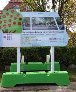 Arbejdspladsskilt monteret i betonklodser. Kunde: Odense Letbane.