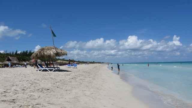 Blauer Himmel und Sandstrand mit Sonnenschirm in Varadero