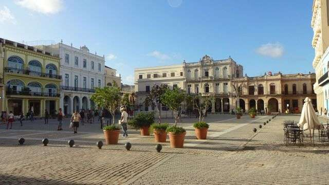 Blick auf den alten Platz (Plaza Vieja) in Havanna mit restaurierten Gebäuden aus der Kolonialzeit.