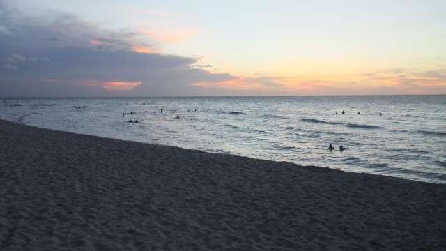 Menschen baden im stets warmen Wasser bei Varadero.