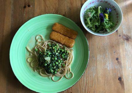 Vegane Fischstäbchen mit Spaghetti, Spinat und Salat