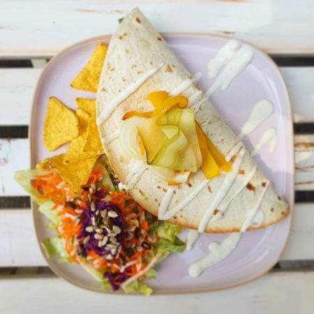 lunch ontbijt en hapjes op het terras van vegane glorie