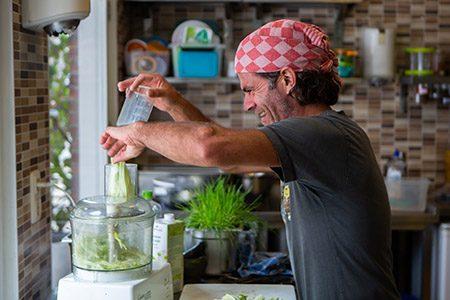 chef rob preparing food in the kitchen of vegane glorie, magi mix