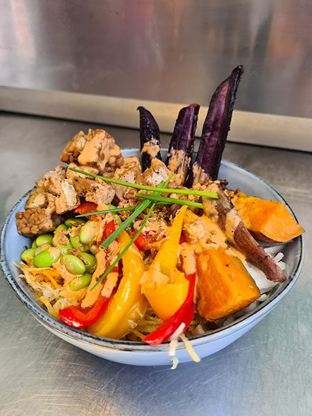 thais vegan groentegerecht in ovaal blauw bakje