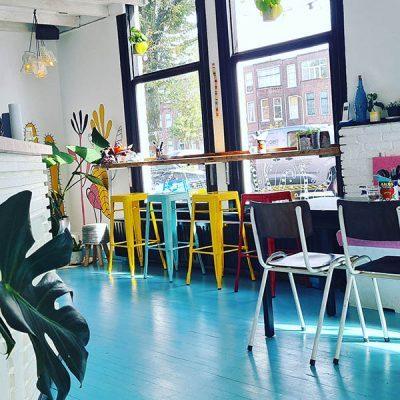 zeeblauwe vloer van Vegan Glorie, inside the restaurant, interieur,