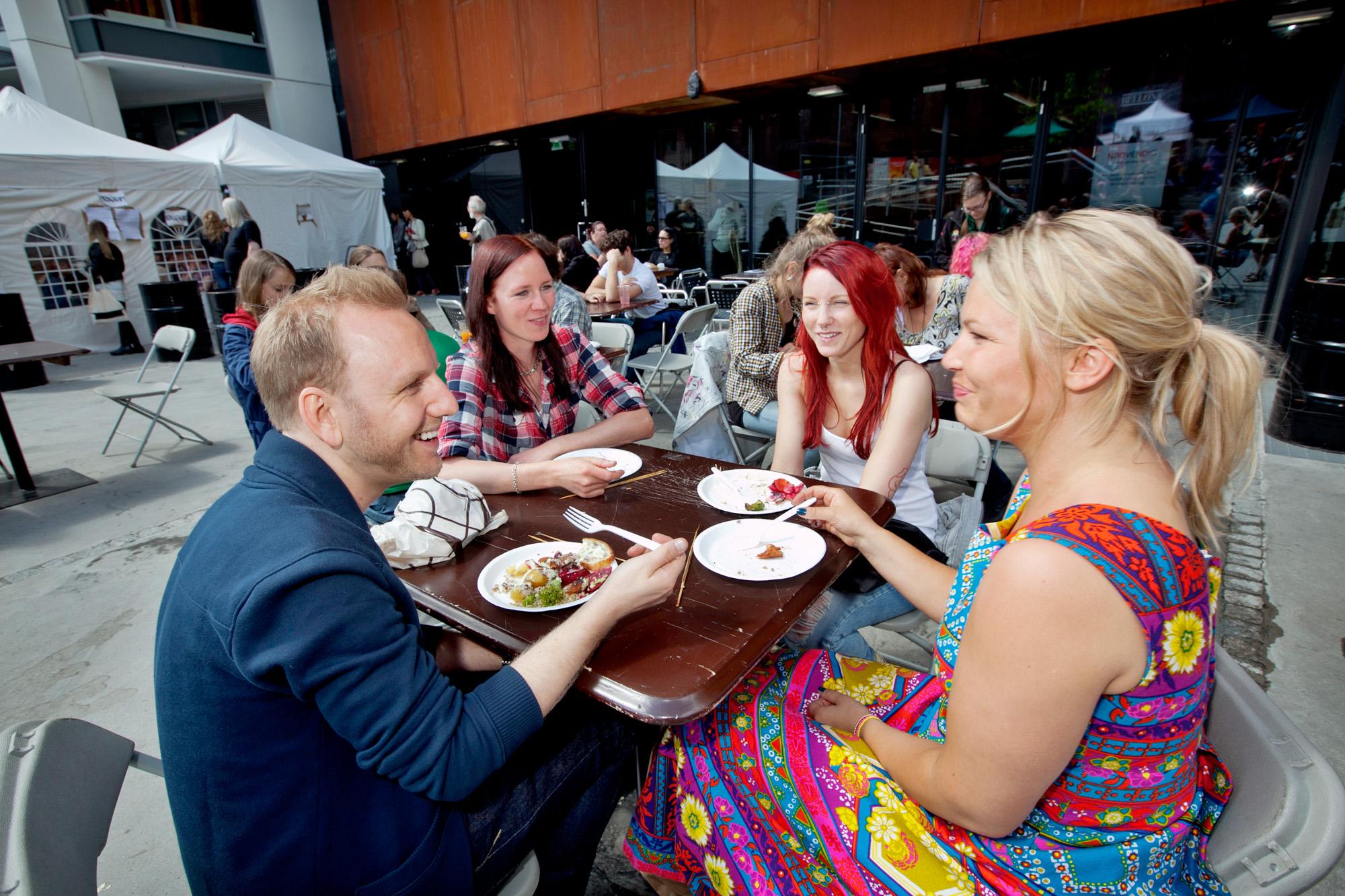 Besøkende nyter vegetarisk mat. Foto: Nyebilder.no