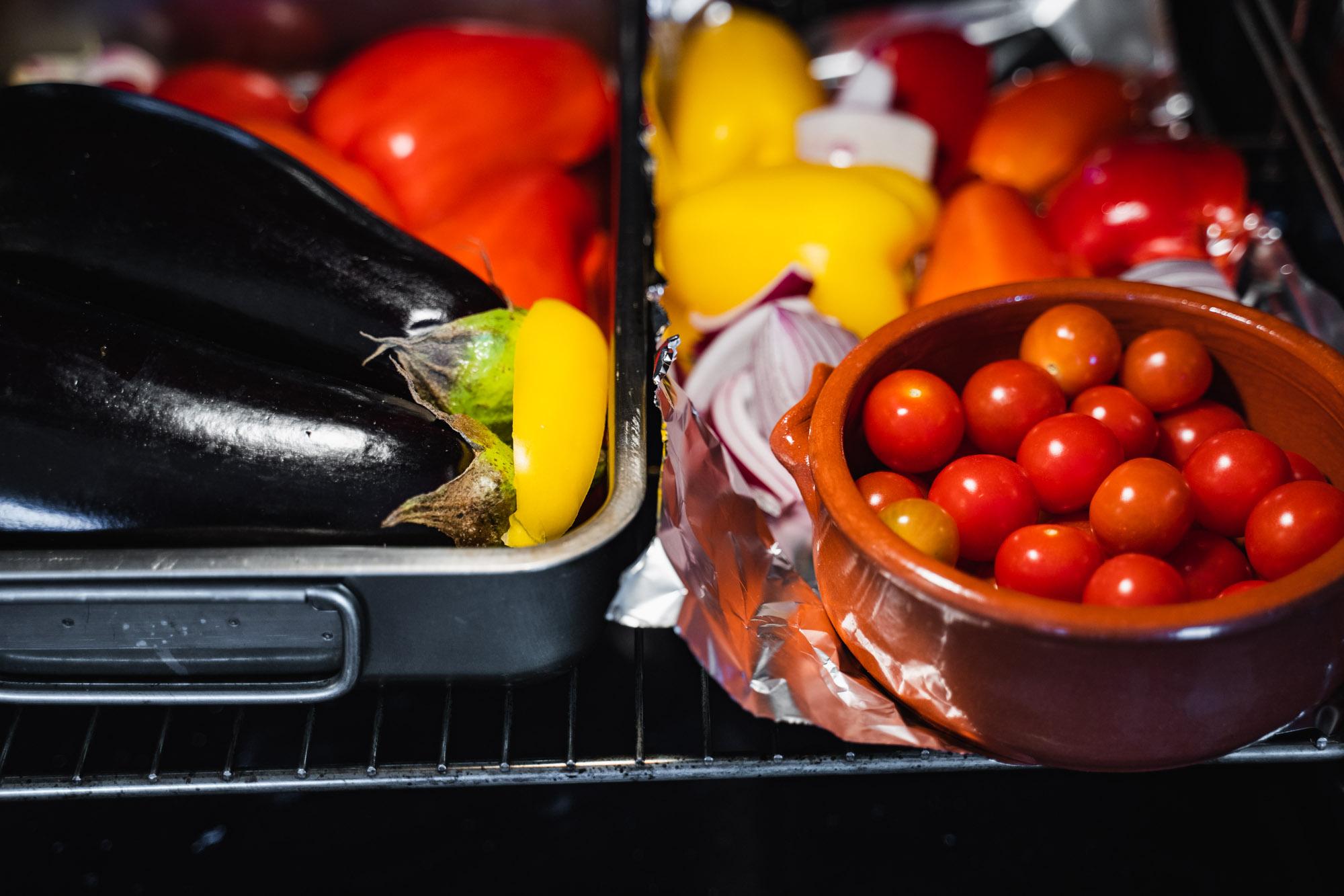 Aubergine, peberfrugt og løg bages i ovnen