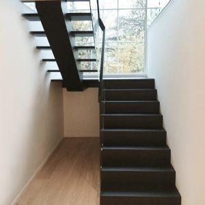 Sortmalet trætrappe, halvsvingstrappe med repos og glasgelænder