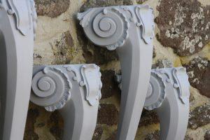 Op maat gemaakte, hand gesneden rokoko poten naar eigen ontwerp.