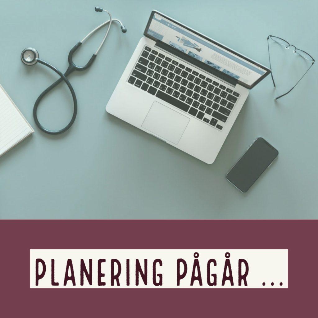"""""""Planering pågår"""" står under bilden av ett skrivbord med stetoskop, dator, telefon och glasögon. Tiden för planering kan ha svårt att räcka till när det är en hektisk vecka."""