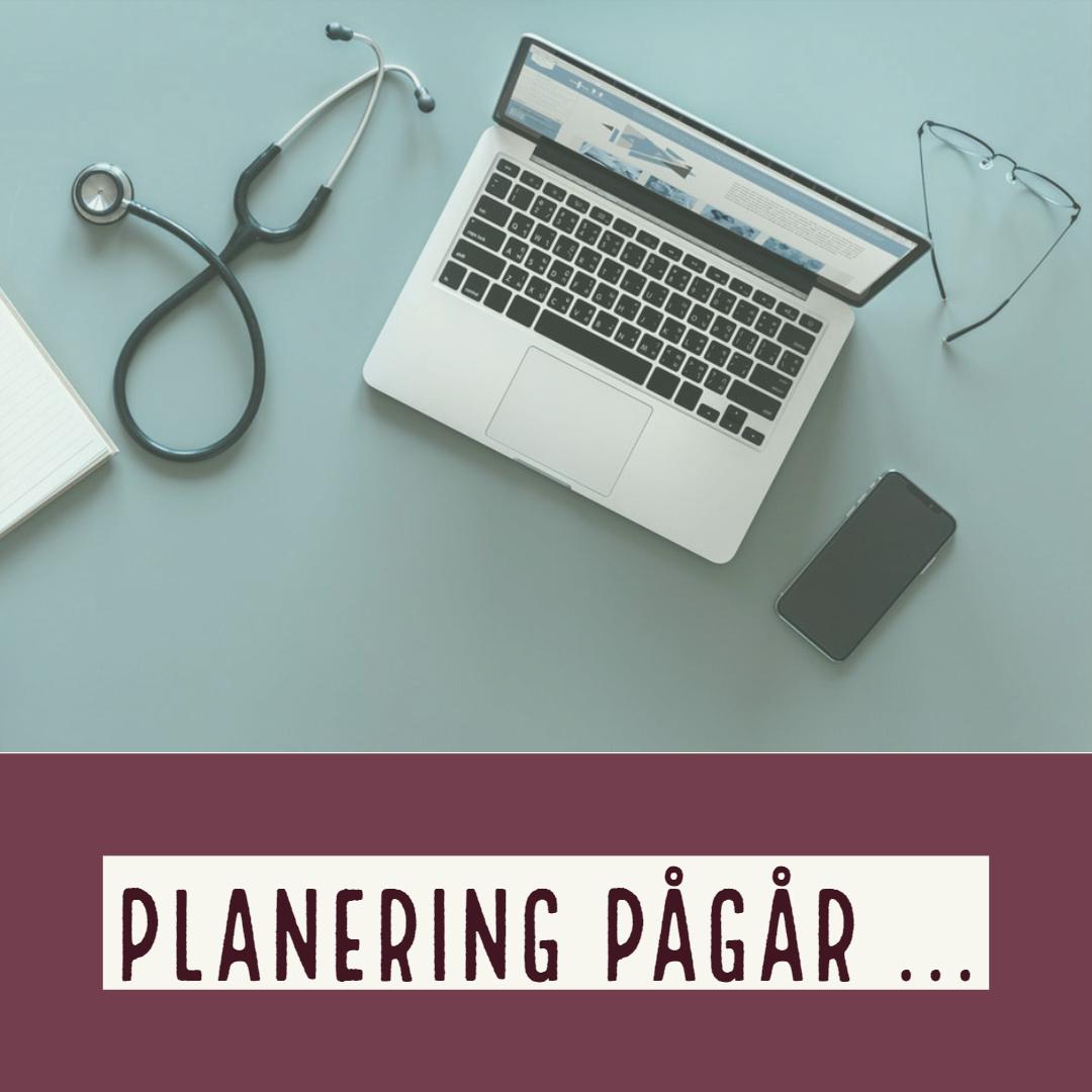 """""""Planering pågår"""" står under bilden av ett skrivbord med stetoskop, dator, telefon och glasögon. Vetmobilen AB."""
