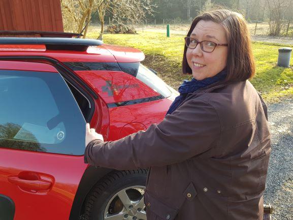 Veterinär Agneta Andersson på väg att packa in veterinärväskan i bilen.