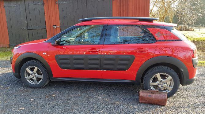 Vetmobilen är en röd Citroën C4 Cactus. Bredvid bilen står veterinärväskan packad och klar för nya sjukbesök.