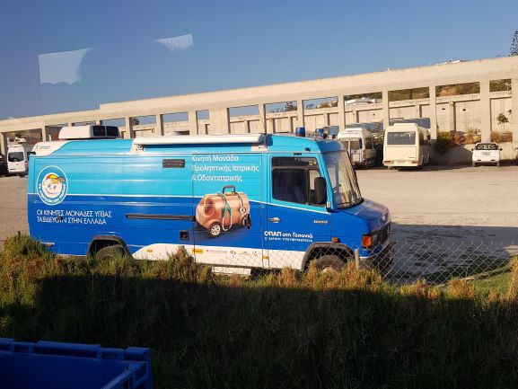 En bild av en blå ambulans med en hjulförsedd doktorsväska målad på sidan. Bilden togs på Kreta under en semestervecka för vila och återhämtning.