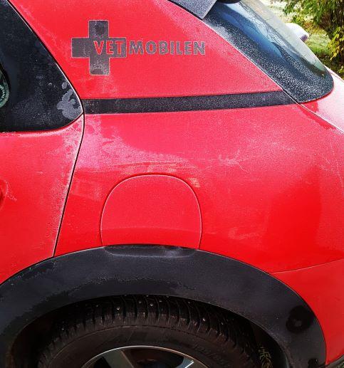 Bild av den röda och svarta Vetmobilen frost och dubbade vinterdäck. Tiden var mogen att byta till vinterdäck.