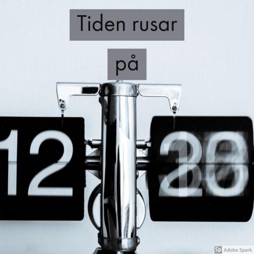 En svart och vit bild där en digital klocka visar 12. Fältet för minuter är alldeles suddig eftersom siffrorna ändras så fort att det blir rörelseoskärpa. Det är för att visa på att tiden ibland går så alldeles för fort.