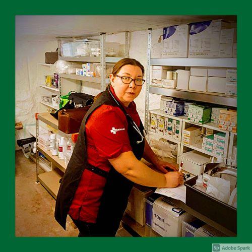 Agneta gör i ordning för dagens hembesök som veterinär Älmhult. Här är hon i the Vet Cave som är Vetmobilens lager för mediciner och material.