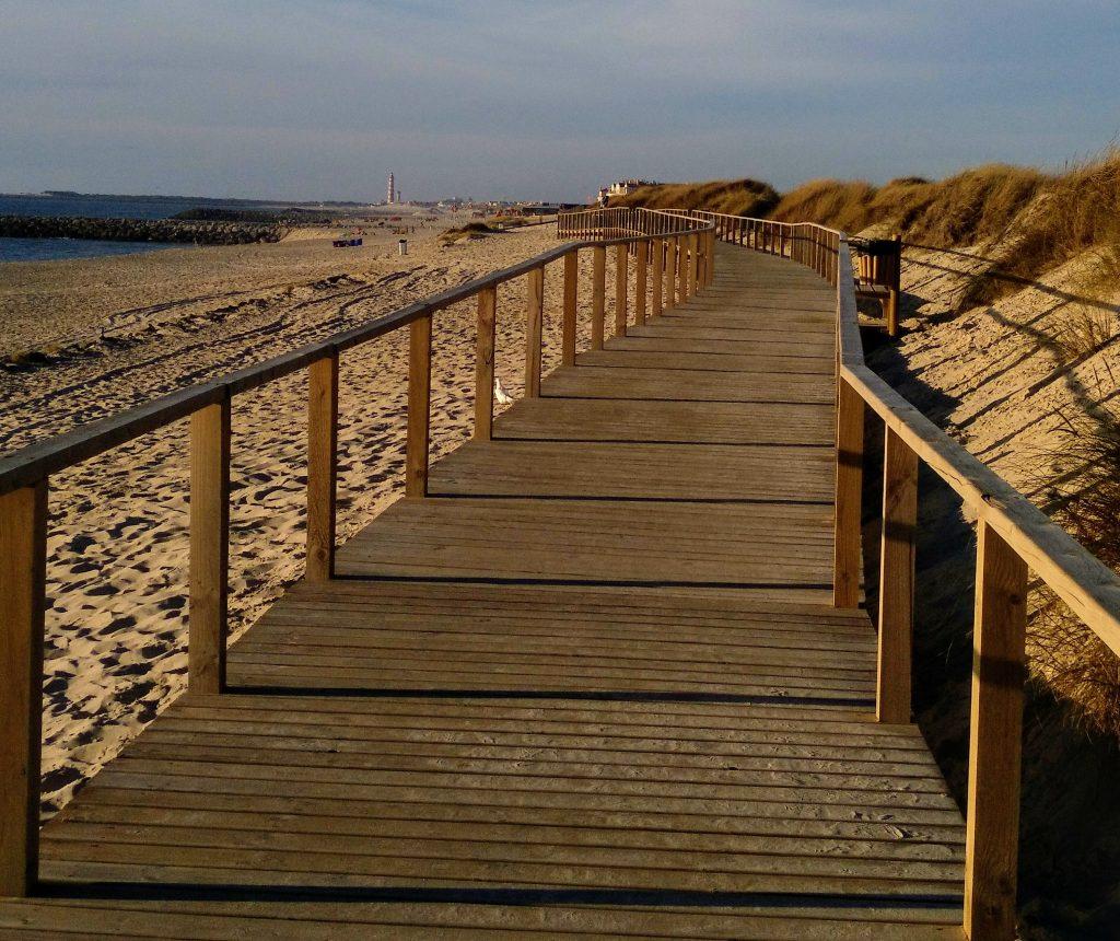 Pasarela_de_madera_en_la_playa