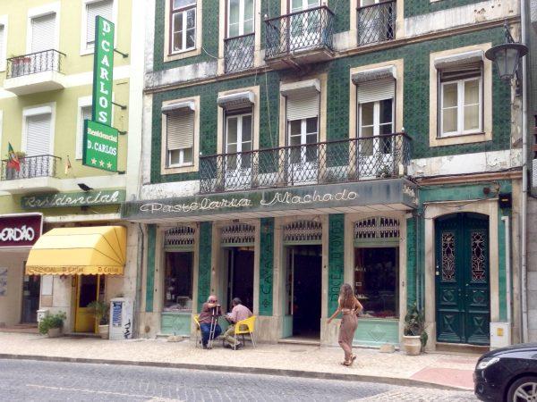 """Pastelería Machado es uno de los locales más antiguos de la ciudad. Su fachada en azulejos es obra de Manuel Bordallo Pinheiro, hijo del genio. Sus """"cavacas"""", """"beijinhos"""" ·""""trouxas de ovos"""" y """"russos"""" enamoran a todos"""