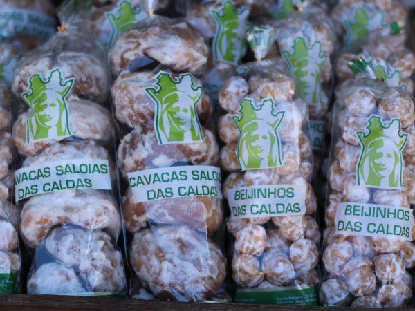 Cavacas y beijinhos. Son dulces crujientes y muy azucarados, que recuerdan de sabor a las rosquillas de Santa Clar