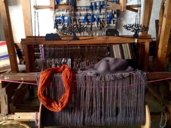 Sigue utilizando telares tradicionales sobre los que se tejen alfombras y mantas, utilizando únicamente hilaturas naturales de alta calidad