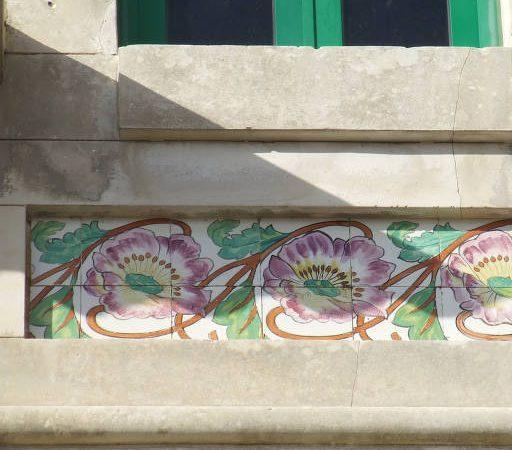 Panel con motivos florales debajo de la ventana. R. do Carmo, Aveiro