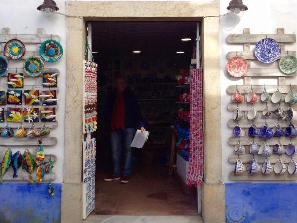 Tienda de cerámica en la Rua Direita, Obidos.