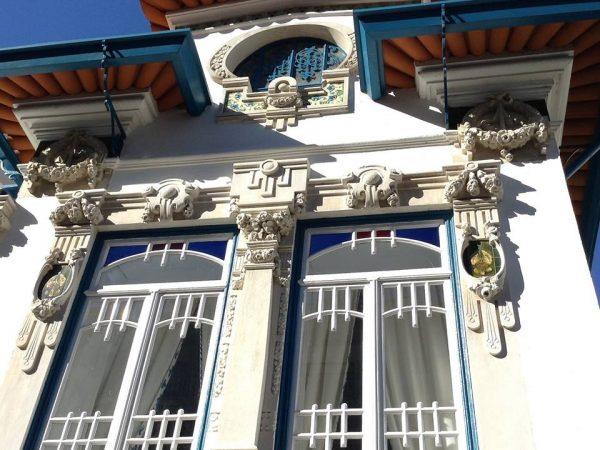 Fachada profusamente decorada con guirnaldas y motivos florales