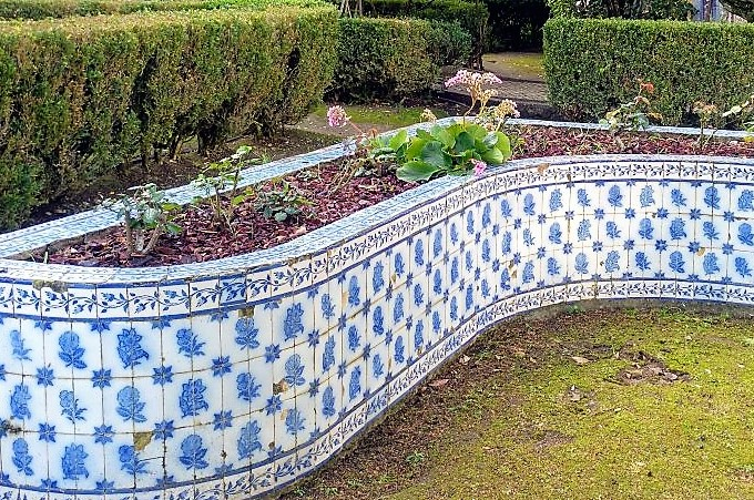 sinuosa macetera de azulejo