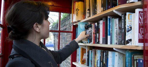 Eligiendo libro cabina portugal