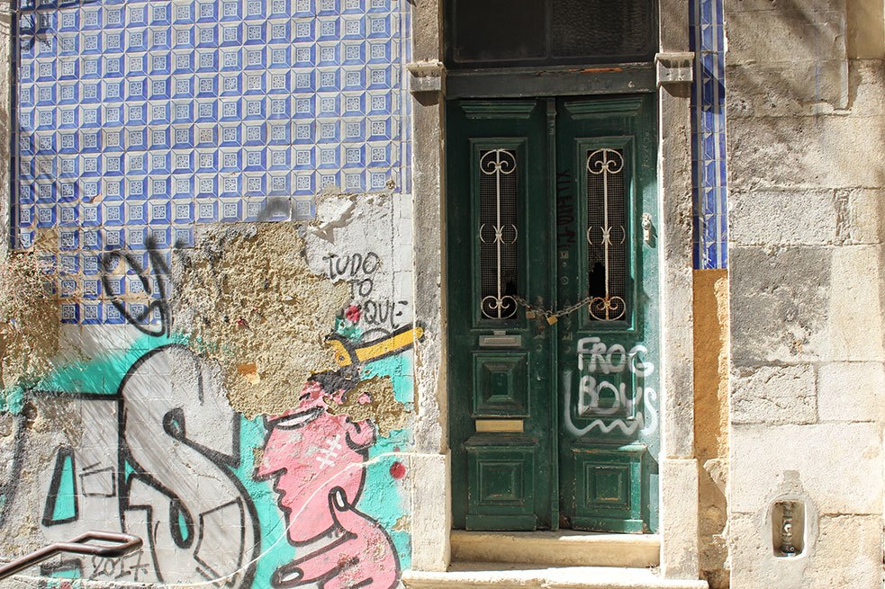 Alfama_azulejos_graffiti_arte_urbano