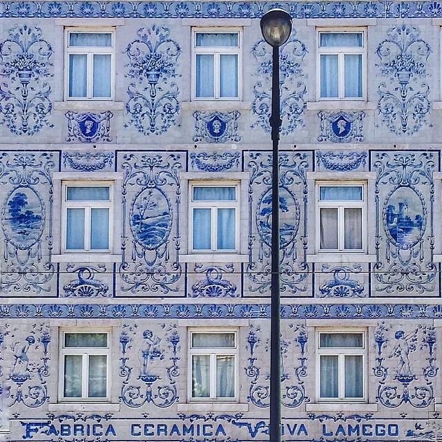 Con los inicios de la publicidad en el siglo XIX, se utilizaron los muros para crear lucidos mensajes comerciales