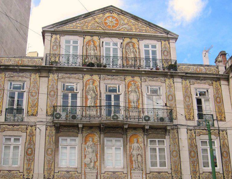 La casa pombalina luce una fachada de azulejos diseñados por Luis Ferreira con múltiples símbolos masónicos