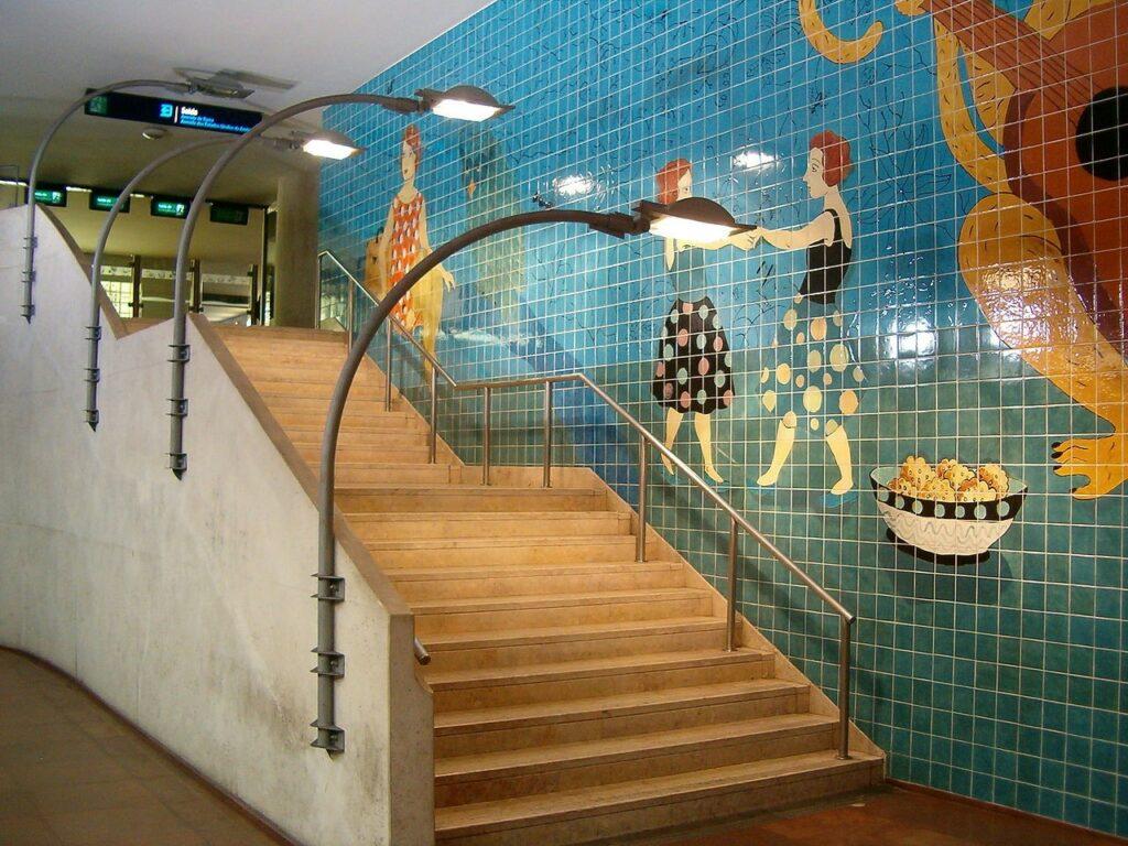 Mural coloreado en el metro de Lisboa