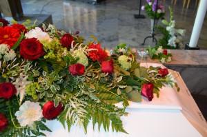 DSC_0032-blomster_kistedekorasjon_begravelse.jpg