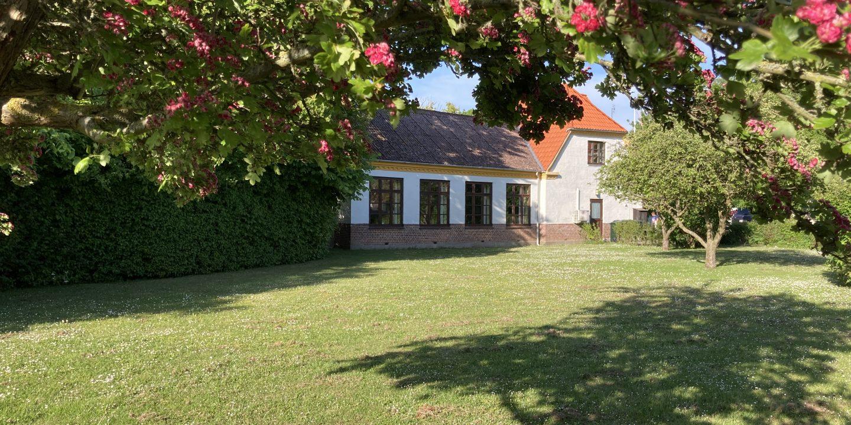 Vindeby forsamlingshus set fra haven