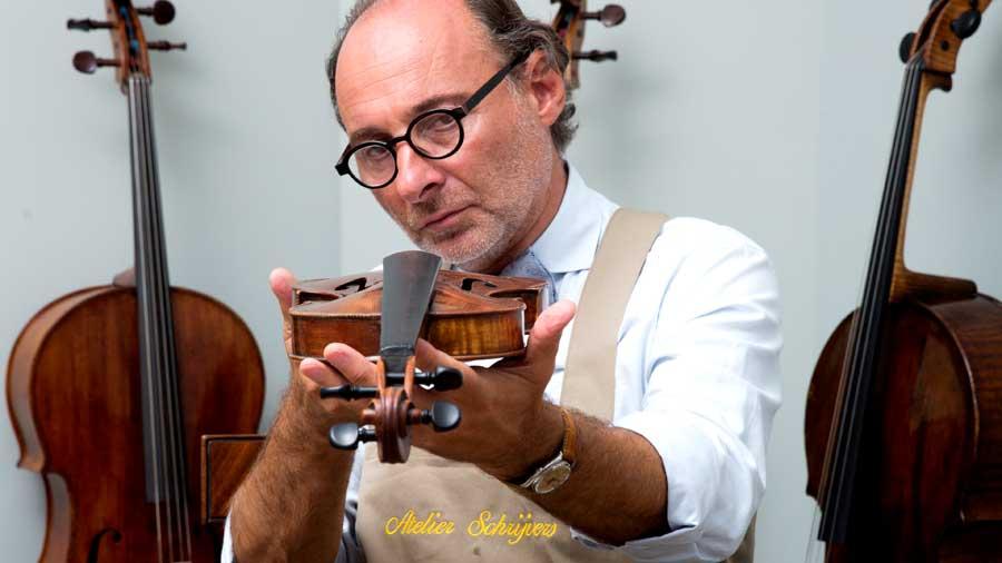 Gert Schrijvers expert in stringed instruments