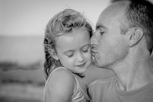 dad kissing daughter
