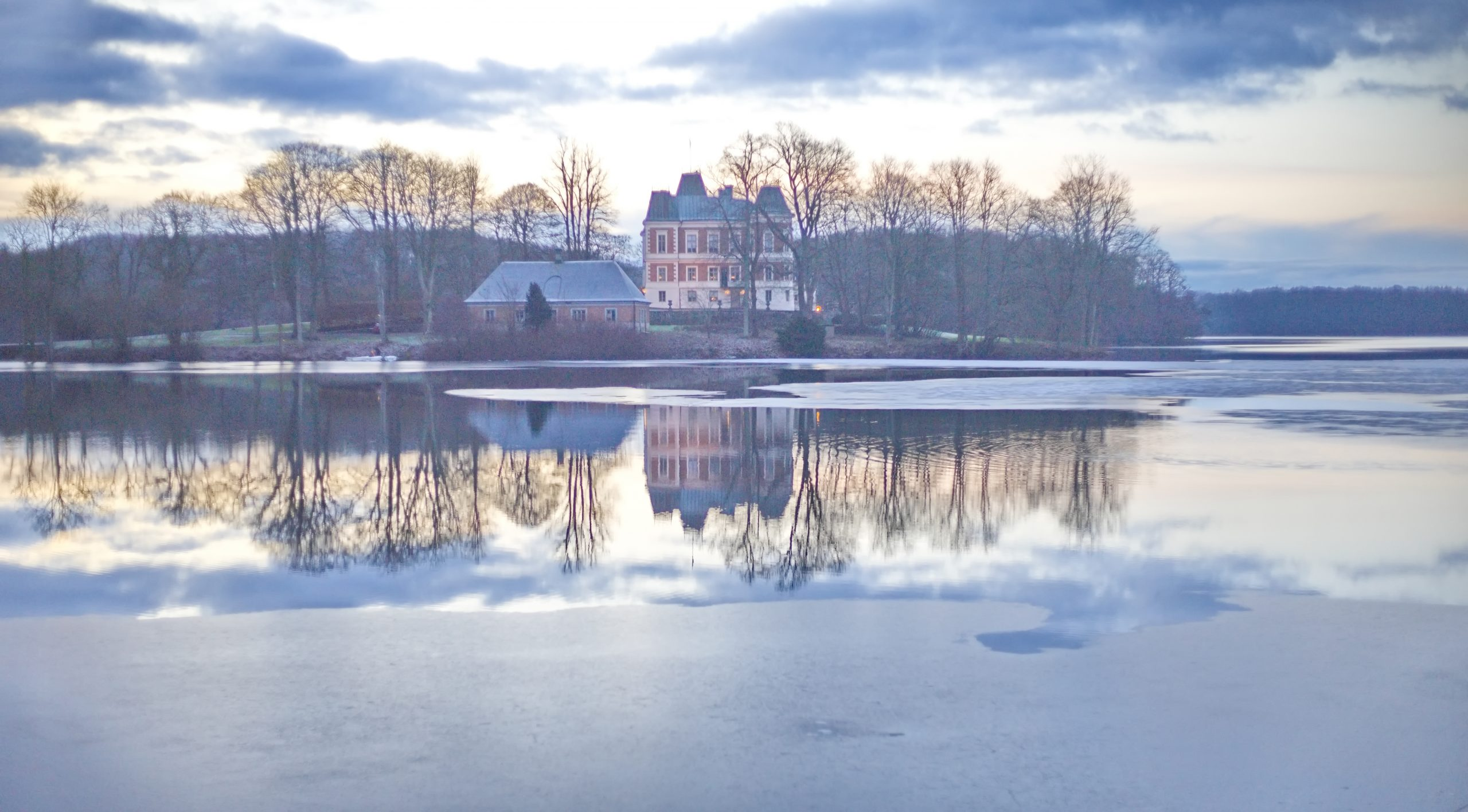 Frosty lake surrounding Häckeberga Castle