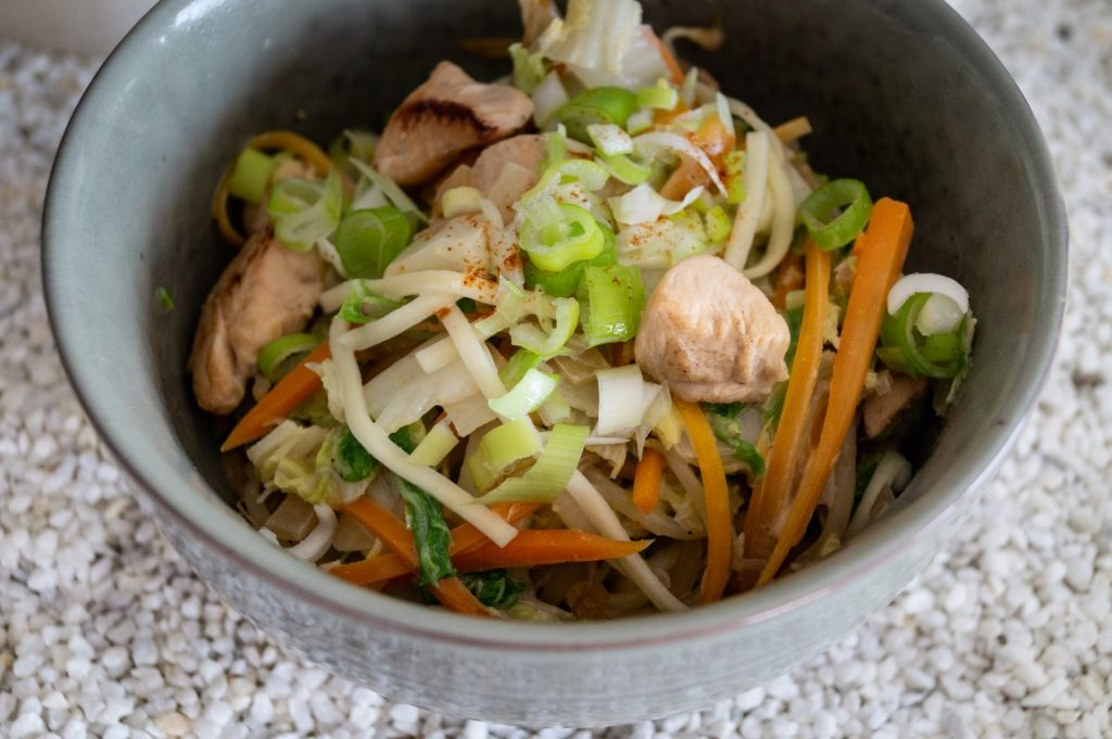 Noedels met kip en chinese kool
