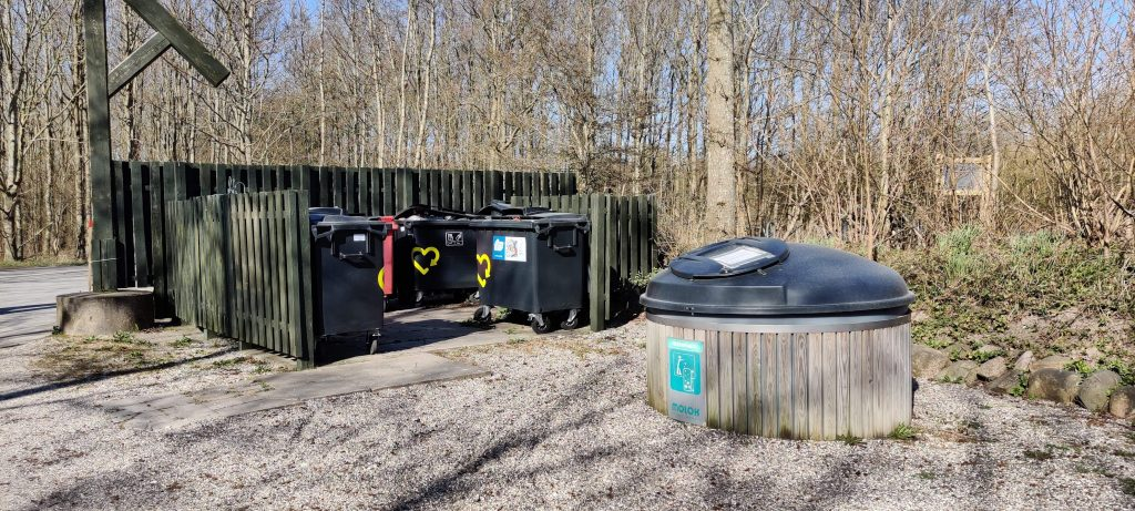 Containerpladsen ved portalen til affaldshåndtering